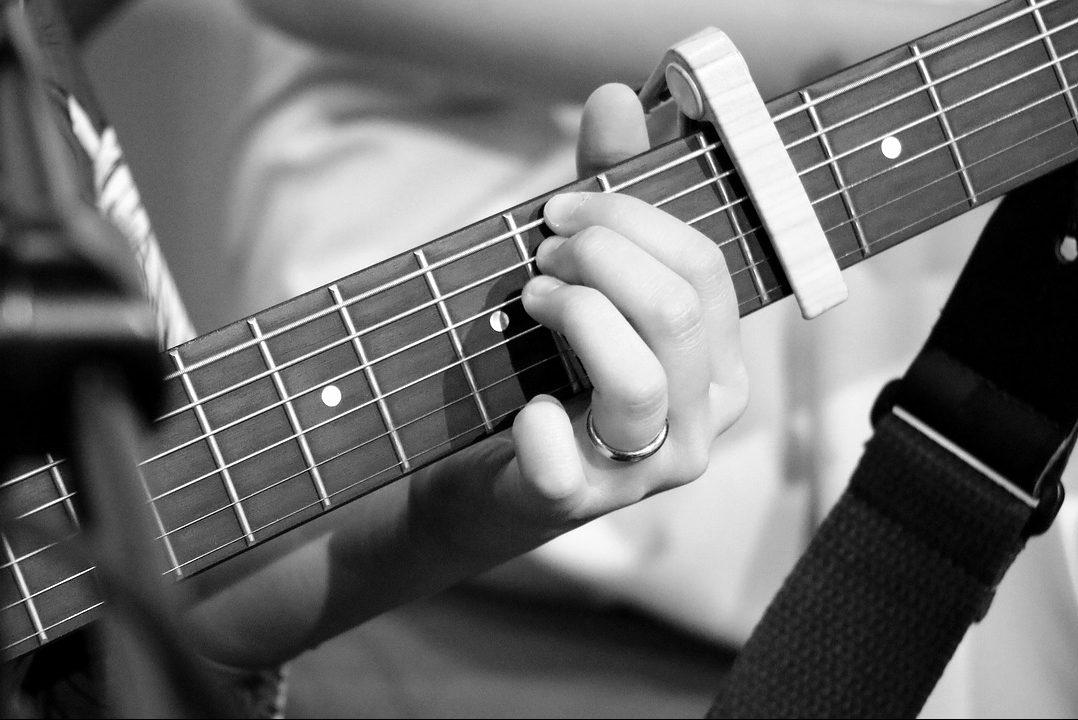 Estudiamos cuál es la mejor cejilla para guitarra flamenca